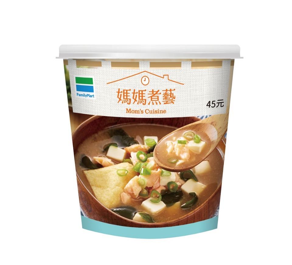 以柴魚高湯搭配白味噌湯底,加入鮭魚、海帶芽、豆腐等食材,是非常營養又鮮美的湯品,而且柴魚高湯的熱量也比濃湯低很多,深受女性喜愛。