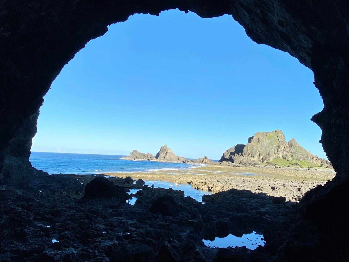 ▲柚子湖附近的彎弓洞,是綠島島上最大的海蝕洞,從彎弓洞往外望,有如藍色眼睛,因而彎弓洞也有「藍眼睛」的美稱。