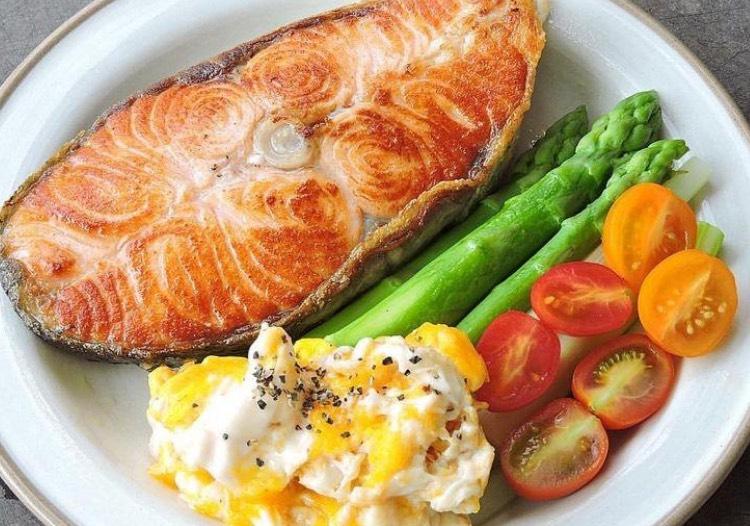 深海魚類所含的Omega-3脂肪酸對心臟很有幫助,其他如豆腐、牛奶、雞蛋與雞胸肉等,都是減肥時可以食用