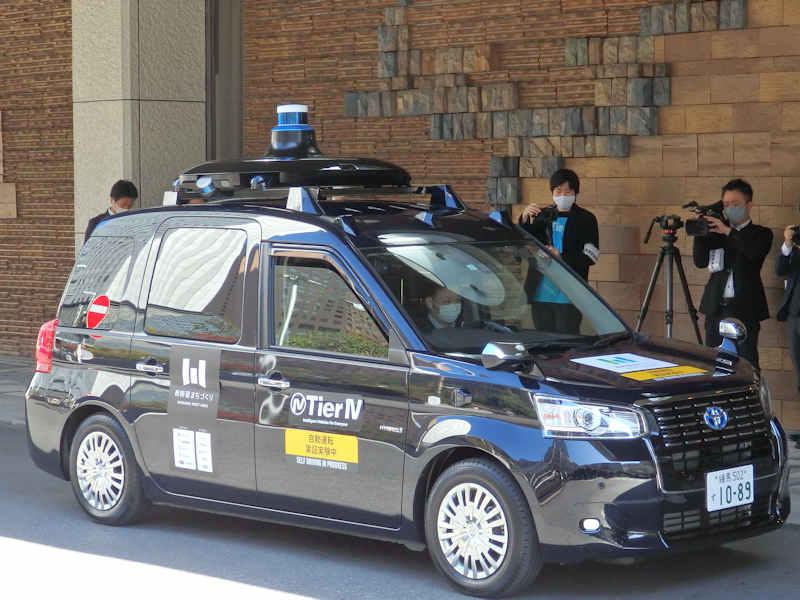 ▲登場した遠隔型自動走行タクシー。運転席には……人はいません。