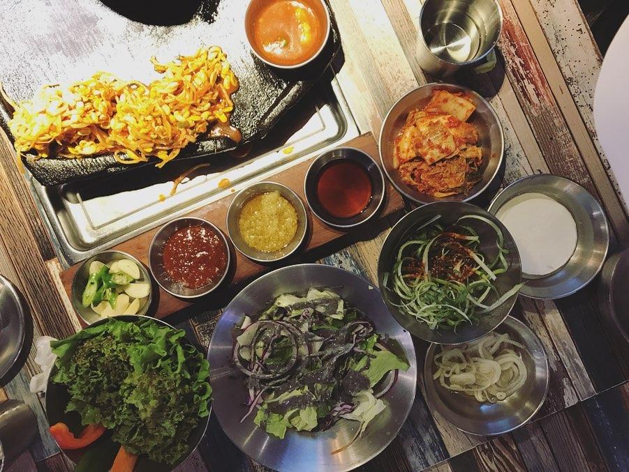 烤的表皮脆脆再夾進泡菜與生菜一口咬下,讓人疫情間不能飛到韓國好是慰藉啊(淚)~