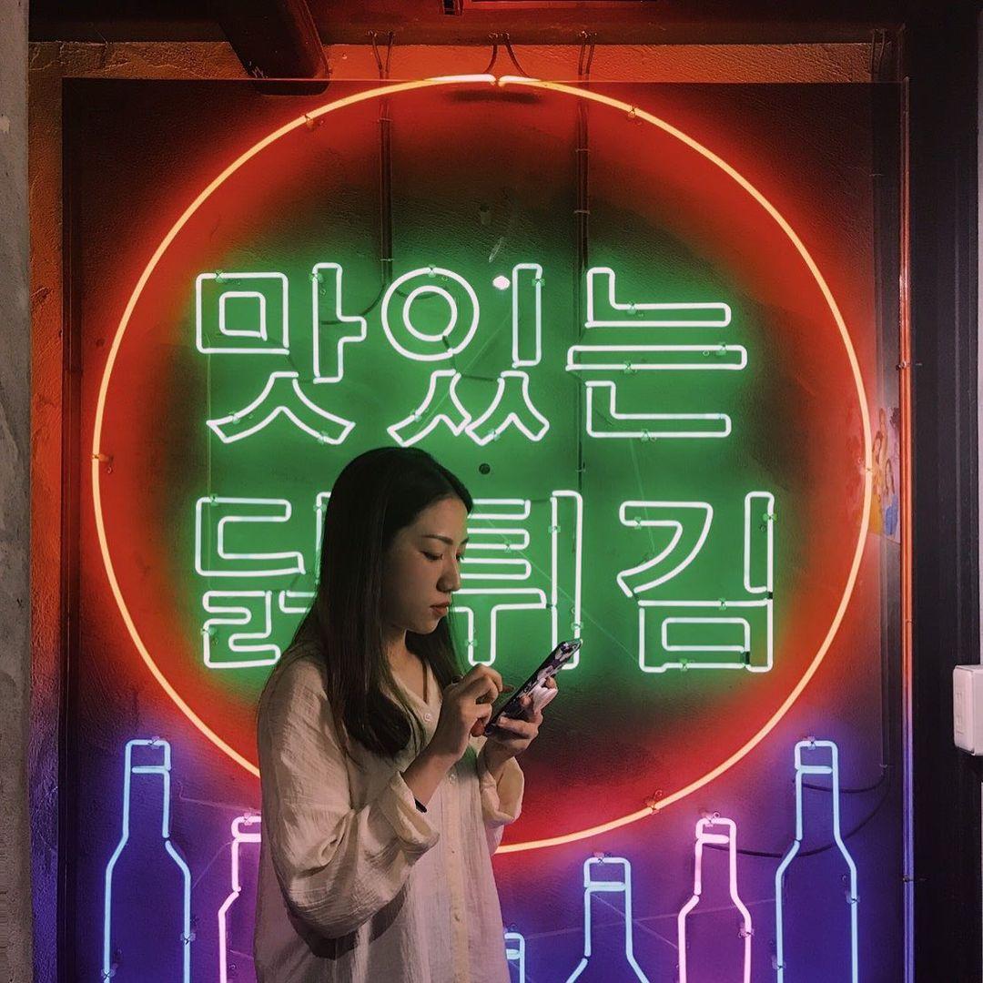 除了氣氛吸引人之外,食物方面也一樣美味,若你也愛韓式炸雞或是辣炒年糕,那它們家你也必須放入口袋清單內才行!