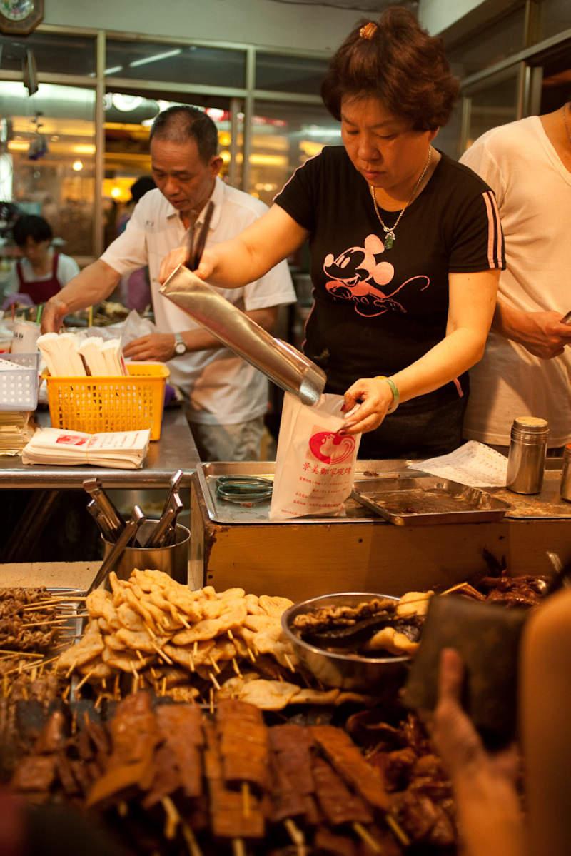 景美夜市鄭家碳烤(Photo Credit: ZiJing@Flickr, License: CC BY-SA 4.0,圖片來源:https://www.flickr.com/photos/zijing/3971729639/)