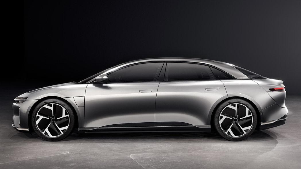 圖/Lucid Motors在今年9月發布Air系列電動車,採以超短引擎蓋、搭配長型車廂,獨特的比例在市場引發不小話題。