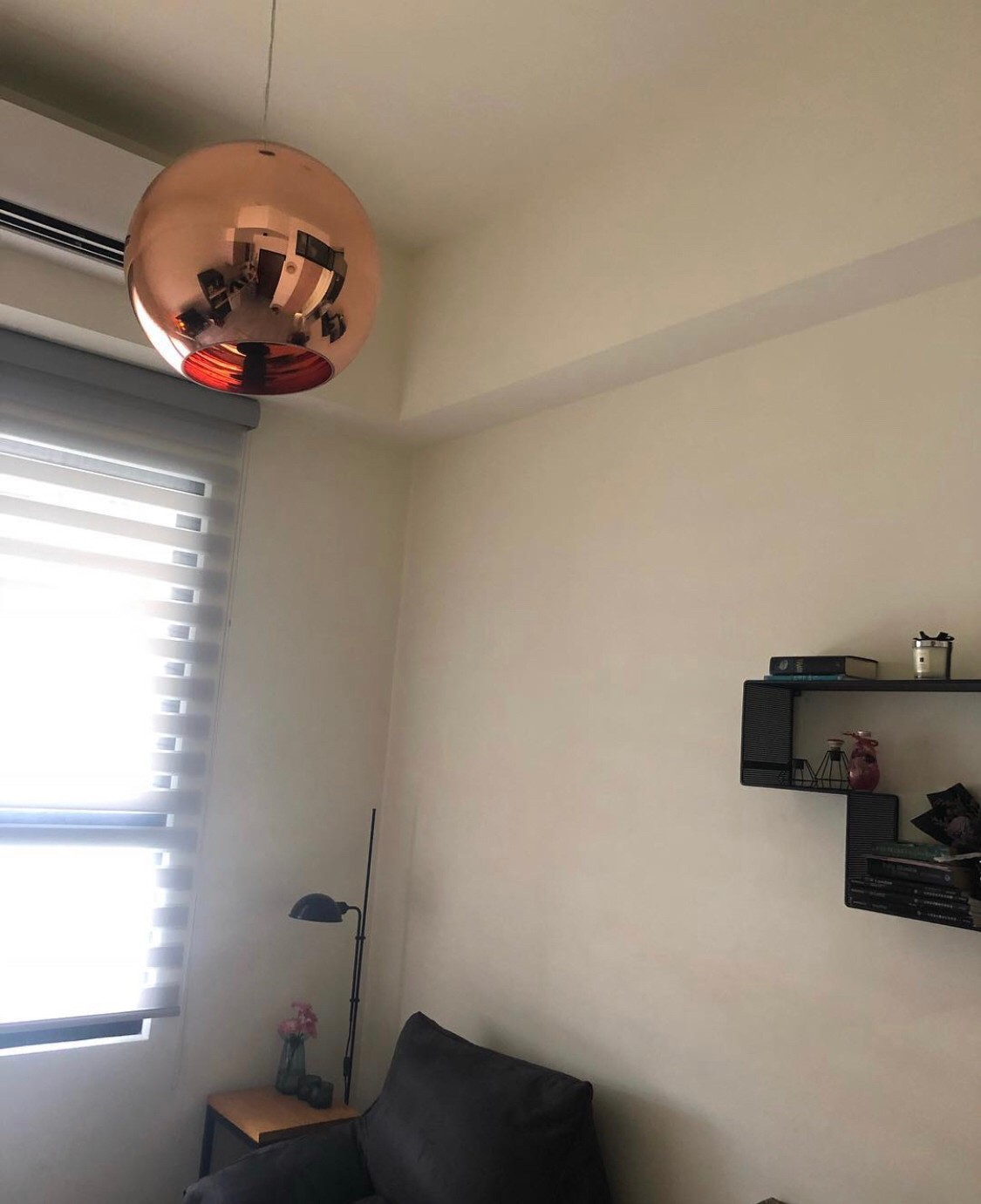 ▲謝忻自嘲自己非常重視傢俱,就連燈具都是精挑細選。