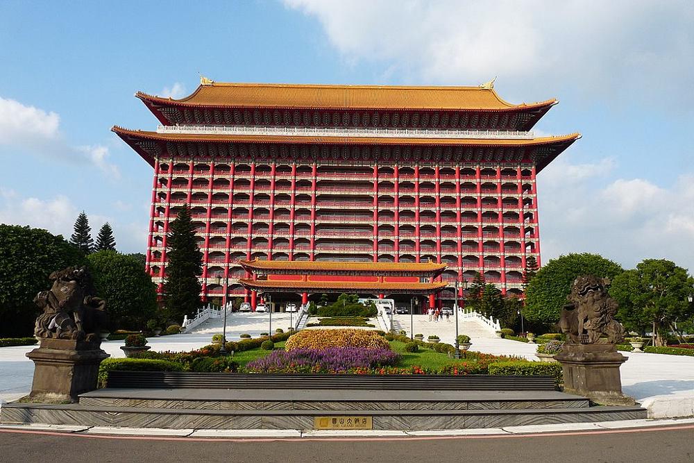 圓山飯店(Photo via Wikimedia, by AwOiSoAk KaOsIoWa, License: CC BY-SA 3.0,圖片來源:https://zh.wikipedia.org/wiki/%E5%9C%93%E5%B1%B1%E5%A4%A7%E9%A3%AF%E5%BA%97#/media/File:Grand_Hotel_-_panoramio_(4).jpg)