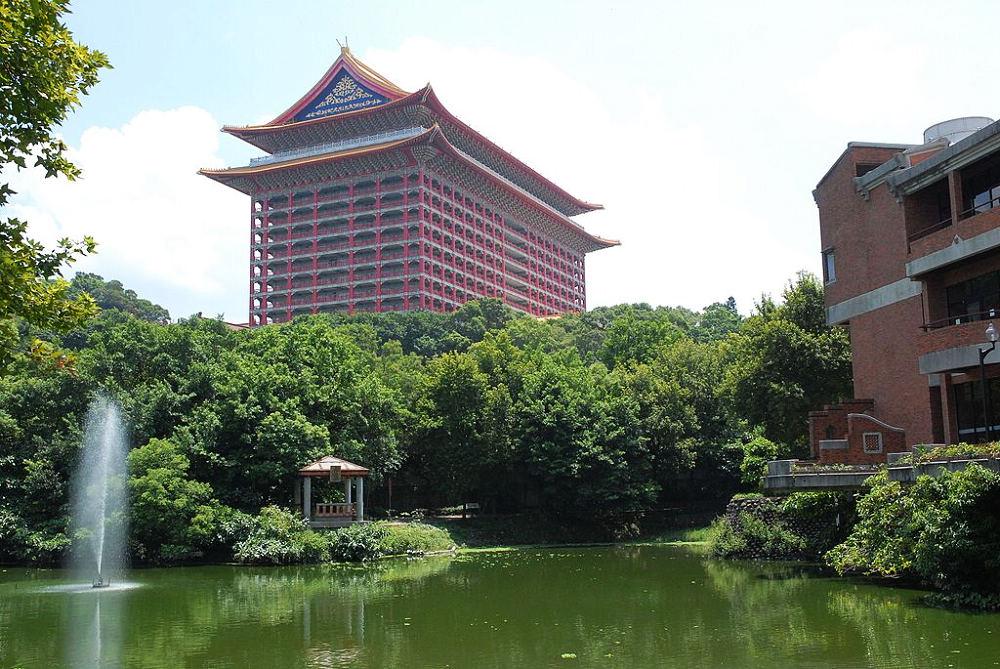 圓山飯店(Photo via Wikimedia, by Guillaume Paumier, License: CC BY-SA 2.5,圖片來源:https://zh.wikipedia.org/wiki/%E5%9C%93%E5%B1%B1%E5%A4%A7%E9%A3%AF%E5%BA%97#/media/File:Grand_Hotel_-_Taiwan_-_Summer_2007.jpg)