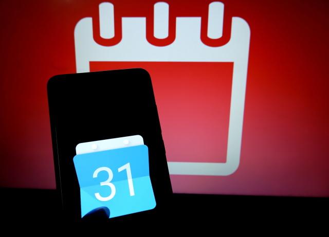 INDIA - 2019/08/30: In this photo illustration a Mobile  Google Calendar  logo seen displayed on a smartphone. (Photo Illustration by Avishek Das/SOPA Images/LightRocket via Getty Images)