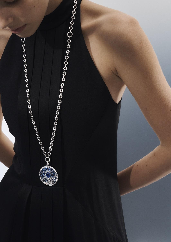 散發著海軍藍的光暈,鑲在白金上的每顆寶石皆精美地捕捉光線、與光共舞。