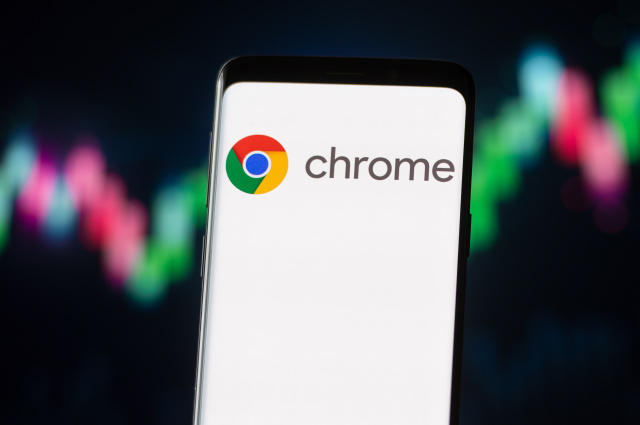 POLAND - 2020/11/04: In this photo illustration a Google Chrome logo seen displayed on a smartphone. (Photo Illustration by Mateusz Slodkowski/SOPA Images/LightRocket via Getty Images)