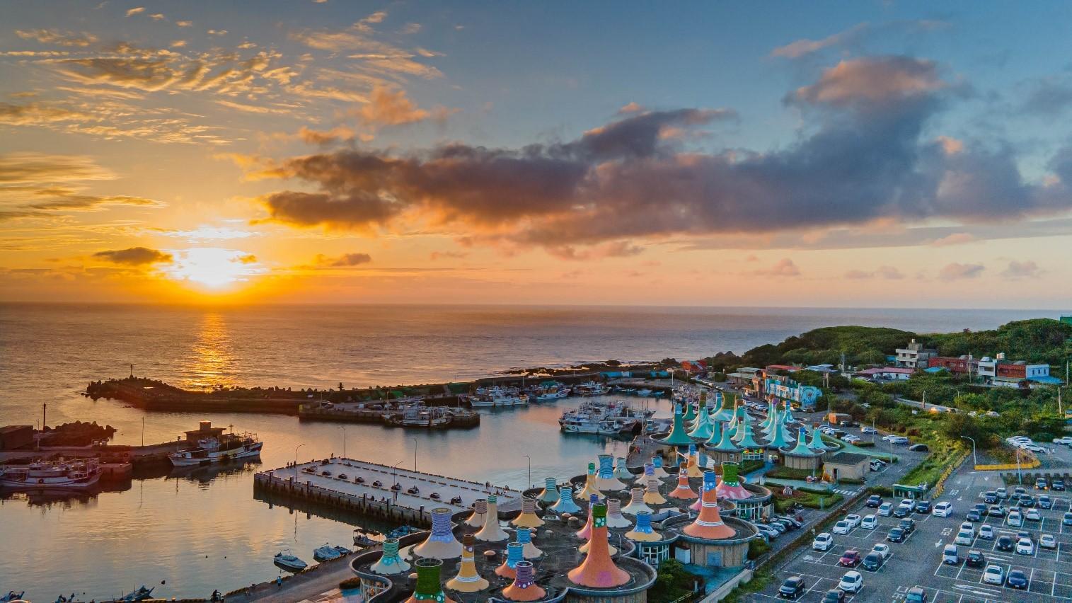 富基漁港的夕陽配上顏色分明的魚市墨西哥帽造型,絕對是一個超棒的打卡秘境(圖片來源:新北市政府漁業及漁港事業管理處)