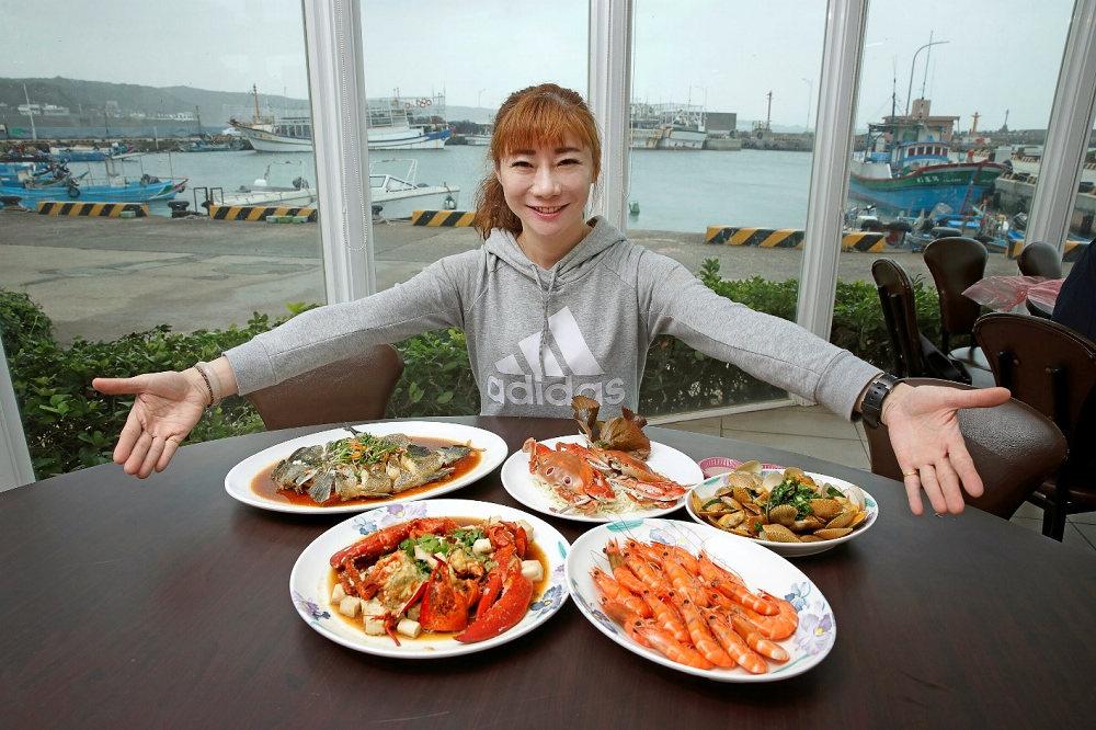 富基漁港魚市餐廳擁有絕佳海景與生猛海鮮,趕快來吃一波萬里蟹(圖片來源:新北市政府漁業及漁港事業管理處)