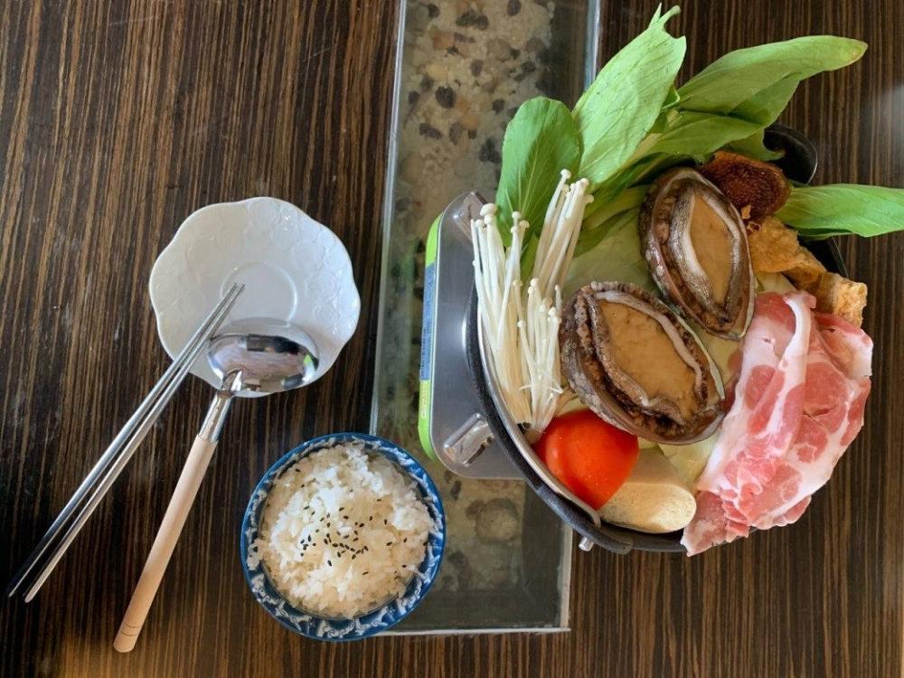 餐廳「靠海生活」的貢寮鮑火鍋(圖片來源:新北市政府漁業及漁港事業管理處)