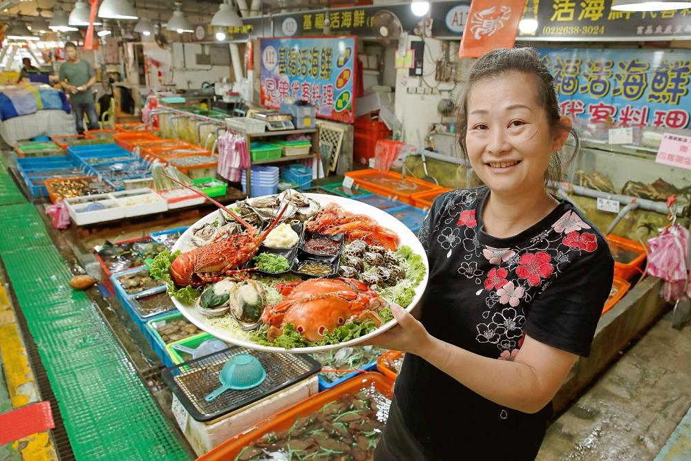 富基攤商推出各式海鮮組合,有大生蠔、萬里蟹、蝦子、鳳螺,好想吃(圖片來源:新北市政府漁業及漁港事業管理處)