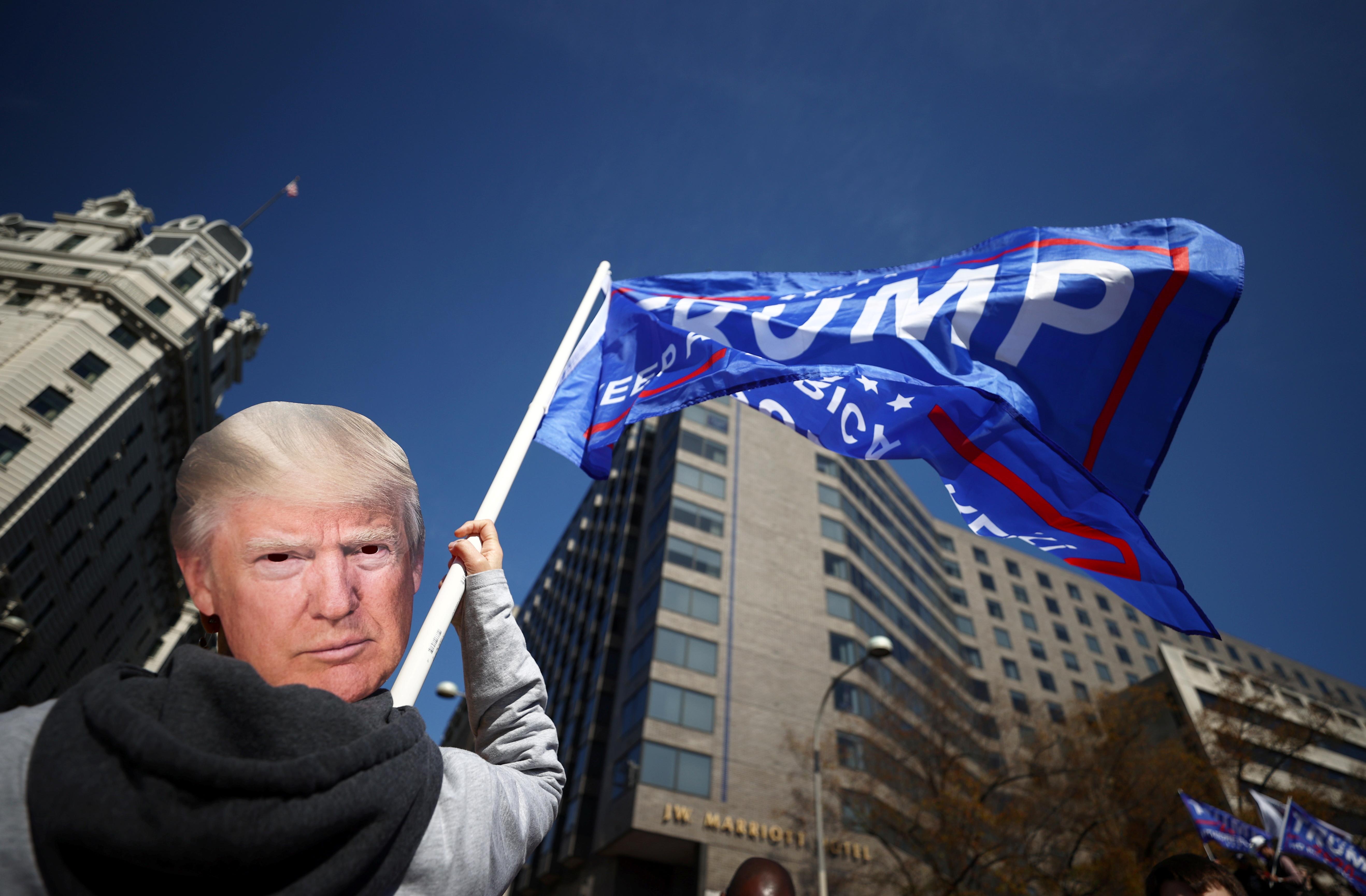 """Сторонники президента Трампа участвуют в """"Остановить кражу"""" протест в субботу.  (Ханна Маккей / Reuters)"""