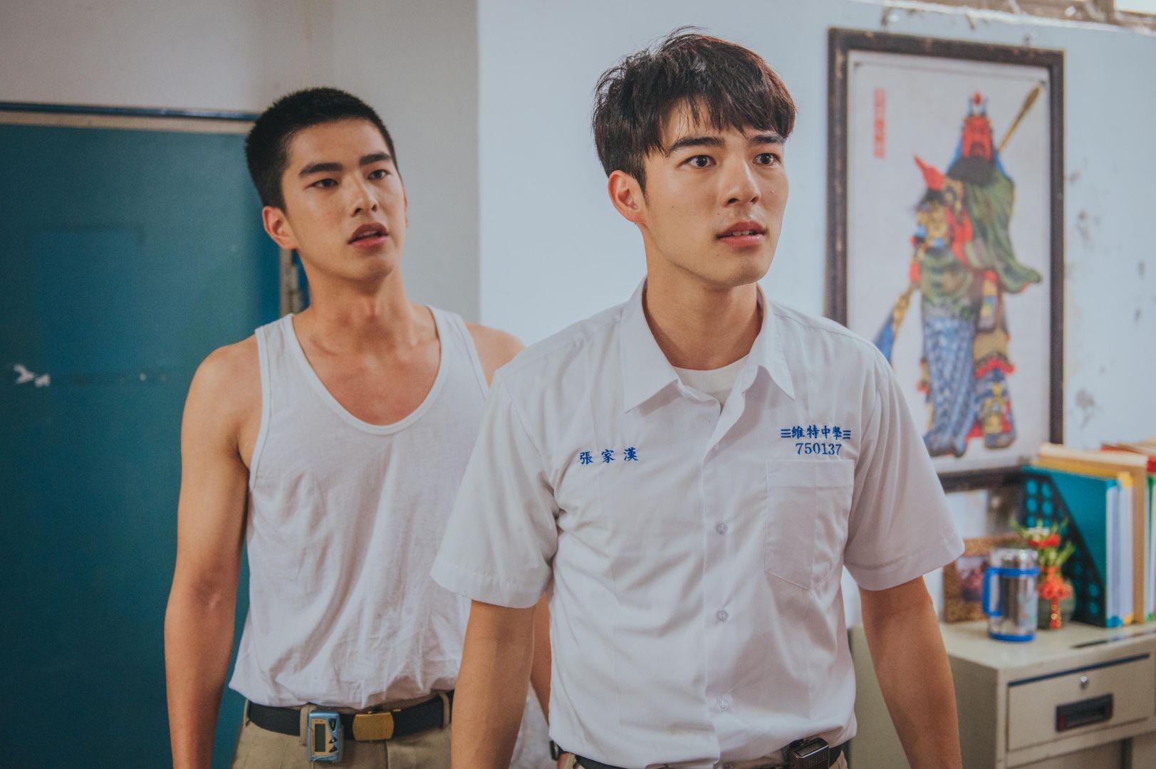 《刻在你心底的名字》新生代演員陳昊森(右)與曾敬驊(左)兩人在片中勇敢衝撞年代,有精彩對手戲_氧氣電影提供