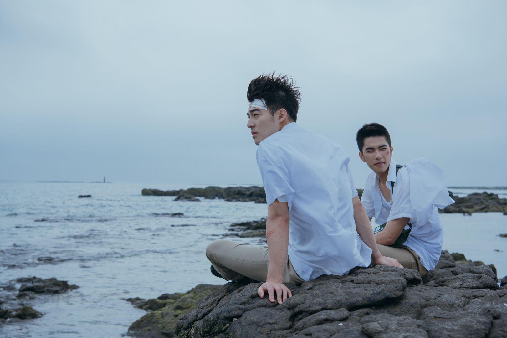 《刻在你心底的名字》陳昊森(右)與曾敬驊遠赴澎湖無人島對戲_氧氣電影提供