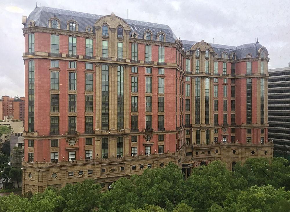 台北文華東方酒店(Photo via Wikimedia, by玄史生, License CC0,圖片來源:https://zh.wikipedia.org/wiki/%E5%8F%B0%E5%8C%97%E6%96%87%E8%8F%AF%E6%9D%B1%E6%96%B9%E9%85%92%E5%BA%97#/media/File:Mandarin_Oriental,_Taipei_20171125.jpg)