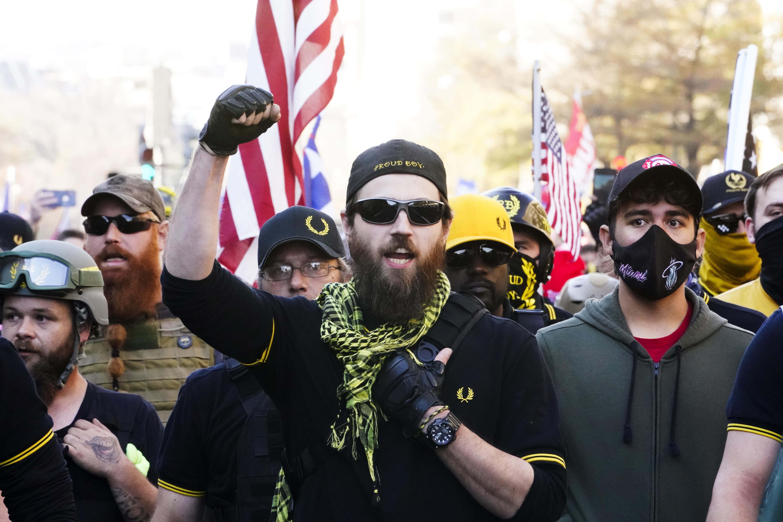 Люди, называющие себя членами Гордых мальчиков, присоединяются к сторонникам президента Трампа в субботу в Вашингтоне, округ Колумбия (Жаклин Мартин / AP)