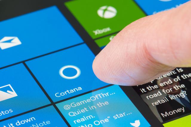 墨爾本,澳大利亞-2016年6月13日:在Surface Pro 4上使用Cortana。這是微軟為Windows 10創建的智能個人助手。