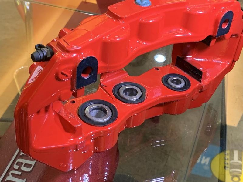 BREMBO GT六活塞卡鉗外部配有防塵套以防止異物侵入,可免於常態性清潔保養,並以最新測量儀器、技術等依車量身打造,且免除電腦編程,及卡鉗油量不同等問題。