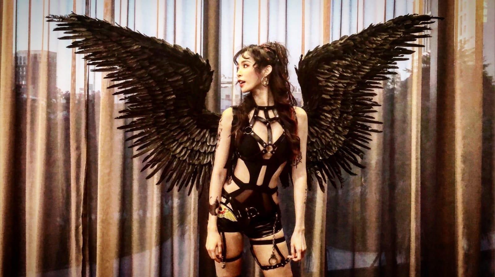 ▲康茵茵為了參加黑幫主題的聖誕晚會,還特別戴上維多利亞秘密的大型翅膀。