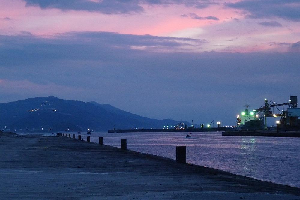 花蓮港夜景(Photo via Wikimedia, by AwOiSoAk KaOsIoWa, License: CC BY-SA 3.0,圖片來源:https://commons.wikimedia.org/wiki/File:Hualien_-_panoramio_(6).jpg)