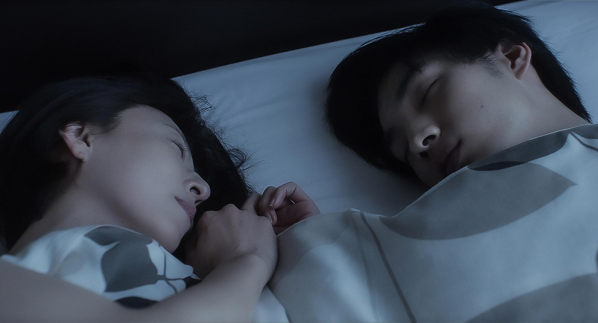 松雪泰子(右)更在片中主動向清水尋也(左)獻吻,展現可愛小女人面貌