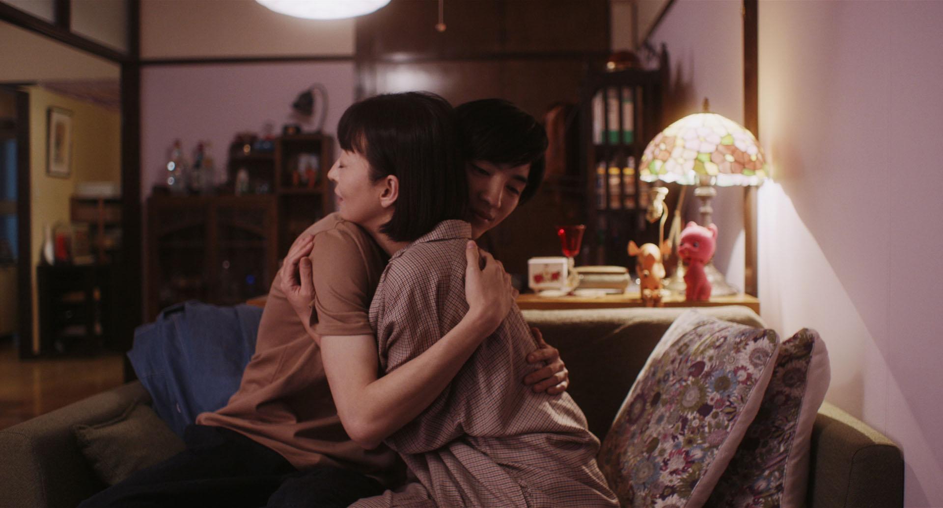 松雪泰子(左)、清水尋也(右)譜出一段女大男小的忘年戀曲,展開甜蜜同居生活