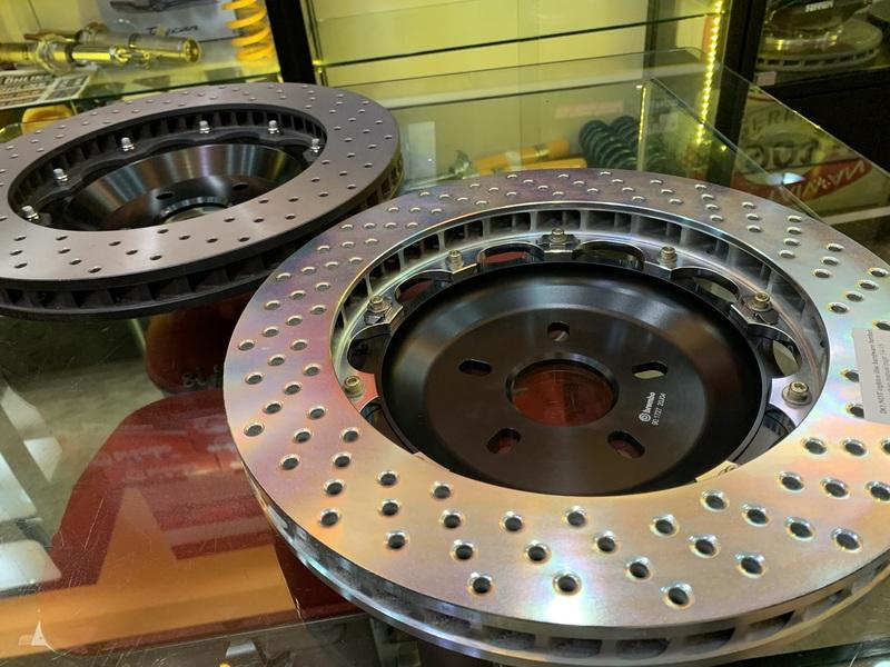 不僅卡鉗結構強度設計大不相同,碟盤部分真品的中心盤也採用了浮動碟(鋁合金)與打孔通風等設計